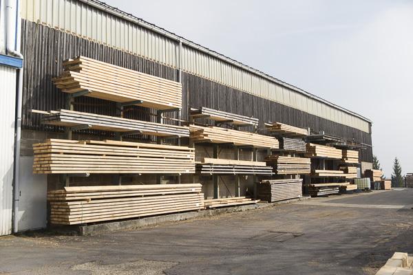 Holzstapel vor Zimmerei - Conrads